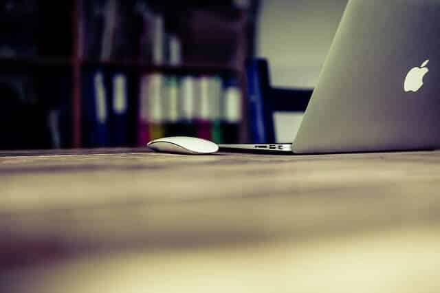מחשב נייד עם עכבר לפרסום וקידום אתרים