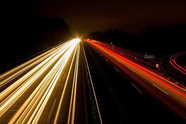 חברה לשיווק אתרים יוצרת חיבור בין אורות בחושך